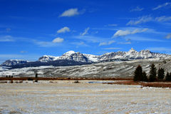 Sikt för Dubois Wyoming berglantbruk av det skördade alfalfafältet framme av den Absaroka bergskedjan Royaltyfri Foto