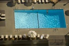 Sikt för fågelöga av en hotellsimbassäng i Los Angeles, Kalifornien Royaltyfri Foto