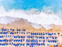 Sikt för fågelöga av en strand med stora vågor, sunbeds och paraplyer Arkivbilder