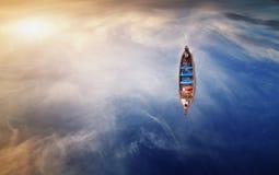 Sikt för fågelöga av fiskebåten Royaltyfri Foto