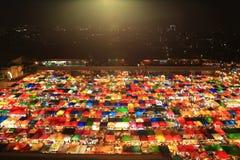 Sikt för fågelögon av den järnväg nattmarknaden i Bangkok, Thailand - så Royaltyfria Bilder