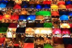 Sikt för fågelögon av Talad Rod Fai Night Market, Ratchada, Bangkok, Arkivfoton