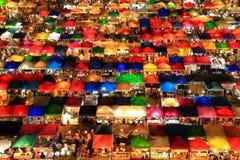 Sikt för fågelögon av Talad Rod Fai Night Market, Ratchada, Bangkok, Royaltyfri Bild