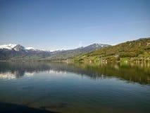 Sikt för för Beathtaking snöberg och sjö Royaltyfria Bilder