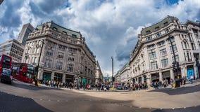 Sikt för fisköga av den Oxford cirkusen i London på maximal tid med biltrafik och shoppare Arkivfoto