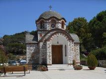 Sikt för främre sida till kyrkan av Agios Nikolaos och Agia Anastasia på fiskehamnen av Olympiada, Halkidiki royaltyfri foto