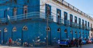 Sikt för gataliv i Sanata Clara Cuba med klassiska bilar Royaltyfria Foton