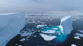 Sikt för glaciär för hav för Antarktis iecbergflöte flyg- lager videofilmer