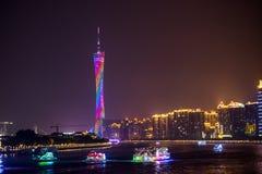 Sikt för Guangzhou torn- och Pearl River natt Arkivbild