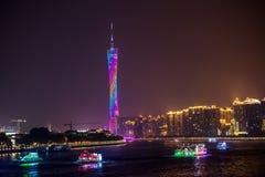 Sikt för Guangzhou torn- och Pearl River natt Arkivfoton
