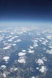 Sikt för hög höjd av fluffiga oklarheter sky och jord Royaltyfria Bilder