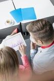 Sikt för hög vinkel av affärsfolk som använder den digitala minnestavlan på lobbyen i konventcentrum arkivfoto