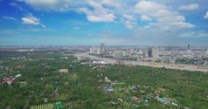 Sikt för hög vinkel av Bangkok horisont och sikt av Chao Phraya River View från grön zon i pang Krachao, Phra Pradaeng, Samut Pra arkivfilmer
