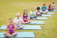 Sikt för hög vinkel av barn som gör yoga royaltyfri fotografi
