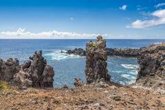 Sikt för hög vinkel av den Ana Kai Tangata grottafjärden arkivbilder