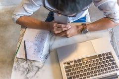 Sikt för hög vinkel av den asiatiska kontorsmannen som arbetar på bärbara datorn fotografering för bildbyråer