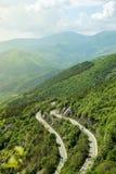 Sikt för hög vinkel av en del av det Beklemeto passerandet i de Balkan bergen Stara Planina i Bulgarien Fotografering för Bildbyråer