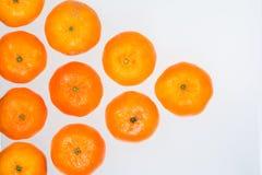Sikt för hög vinkel av en pyramid av hela mogna mandariner Royaltyfri Fotografi