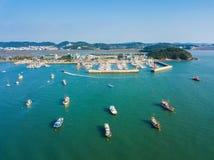 Sikt för hög vinkel av havet med många fartyg i den Daebudo ön, Sout Royaltyfri Bild