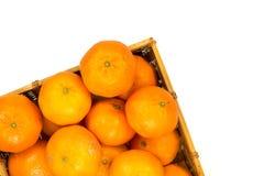 Sikt för hög vinkel av hela mogna mandariner i en korg Royaltyfri Foto
