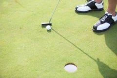 Sikt för hög vinkel av mannen som spelar golf Royaltyfri Fotografi