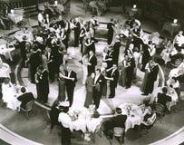 Sikt för hög vinkel av par som dansar i nattklubb royaltyfri fotografi