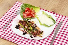 Sikt för hög vinkel av sparris som slås in i bacon Royaltyfria Foton