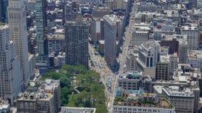 Sikt för hög vinkel av strykjärnbyggnad i Manhattan stock video