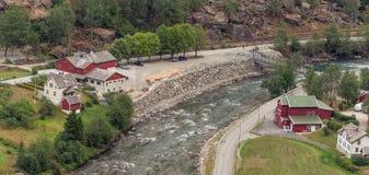 Sikt för hög vinkel av stugor vid floden flam norway royaltyfri fotografi