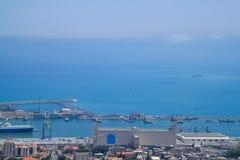 Sikt för hög vinkel från Mount Carmel över medelhavet och en sjö- port arkivfoto