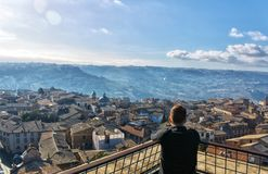 Sikt för hög vinkel som ut ser över en gammal italiensk bergstoppstad arkivbild