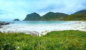 Sikt för Haukland strandsommar (Norge, Lofoten). Arkivfoton