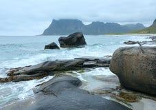 Sikt för Haukland strandsommar (Norge, Lofoten). Royaltyfri Bild
