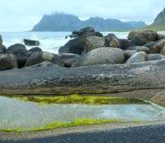 Sikt för Haukland strandsommar (Norge, Lofoten) Arkivbild