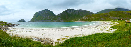 Sikt för Haukland strandsommar (Norge, Lofoten) Arkivbilder