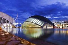 Sikt för Hemisferic modern byggnadsnatt i staden av konster och vetenskaper, Valencia, Spanien royaltyfri fotografi