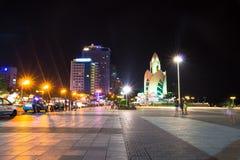 Sikt för horisont för Nha Trang centrum stads- på natten i söder Vietnam royaltyfria bilder