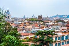 Sikt för horisont för Rome cityscape stads- från över med massor av historia, konster, arkitektur och dragningar royaltyfria bilder