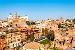 Sikt för horisont för Rome cityscape stads- från över med massor av historia, konster, arkitektur och dragningar arkivbilder