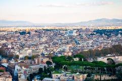 Sikt för horisont för Rome cityscape stads- från över med massor av historia, konster, religion och arkitektur arkivbild