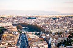 Sikt för horisont för Rome cityscape stads- från över med massor av historia, konster, religion och arkitektur royaltyfria bilder