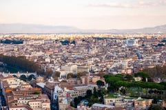 Sikt för horisont för Rome cityscape stads- från över med massor av historia, konster, religion och arkitektur fotografering för bildbyråer