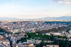 Sikt för horisont för Rome cityscape stads- från över med massor av historia, konster, religion och arkitektur royaltyfria foton