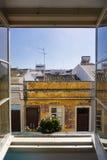 Sikt för hotellfönsterFaro Portugal gata med växten i fönster arkivbild
