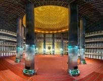 Sikt för huvudsakligt golv av den Istiqlal moskén som visar inre av helt p Royaltyfria Bilder
