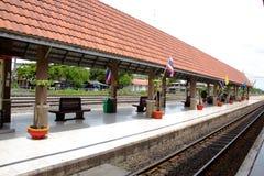 Sikt för järnvägspår på den Lopburi stationen, Thailand Arkivfoto