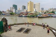 Sikt för Januari 21,2018 turist- waching Manila pasigflod från däcket för fortSantiagosikt som är intramuros, Manila royaltyfri bild