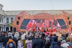 Sikt för jordning för huvudsaklig etapp för Venedig Italien karneval 2019 med folkmassan på den St Mark fyrkanten arkivbild
