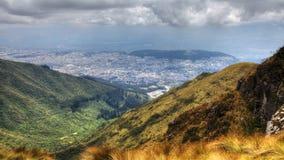 sikt för 4K UltraHD A ovanför staden av Quito, Ecuador arkivfilmer