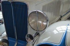 Sikt för klassisk bil för vit och för blått främre royaltyfri foto